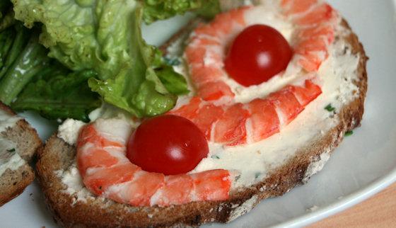 Tartine de la mer aux crevettes et tomate cerise