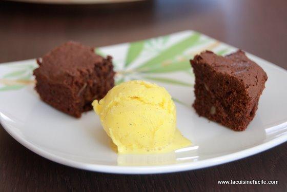 Brownie aux noix et sa boule de glace à la vanille