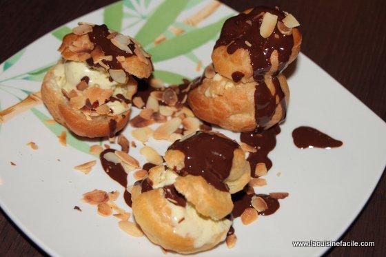 Profiteroles à la pistache, coulis chocolat et amandes grillées