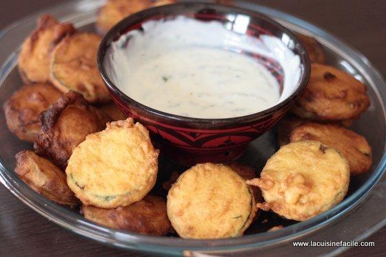 Beignet de courgette au curry et sa sauce au yaourt à la menthe fraîche