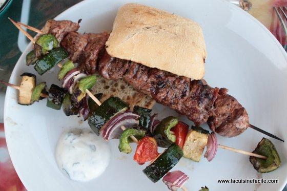 Pita d'agneau, brochettes de légumes et sauce à la menthe