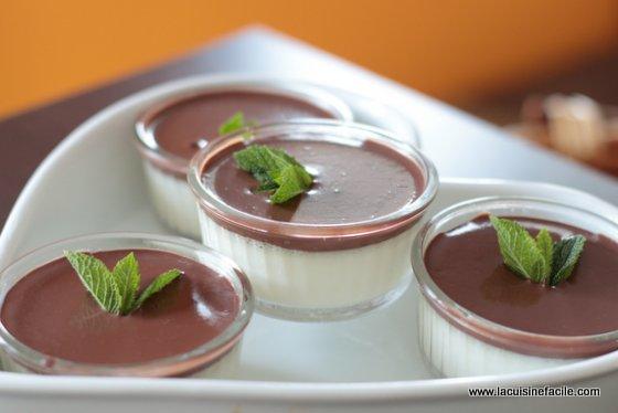 Panna cotta infusée à la menthe et coulis de chocolat