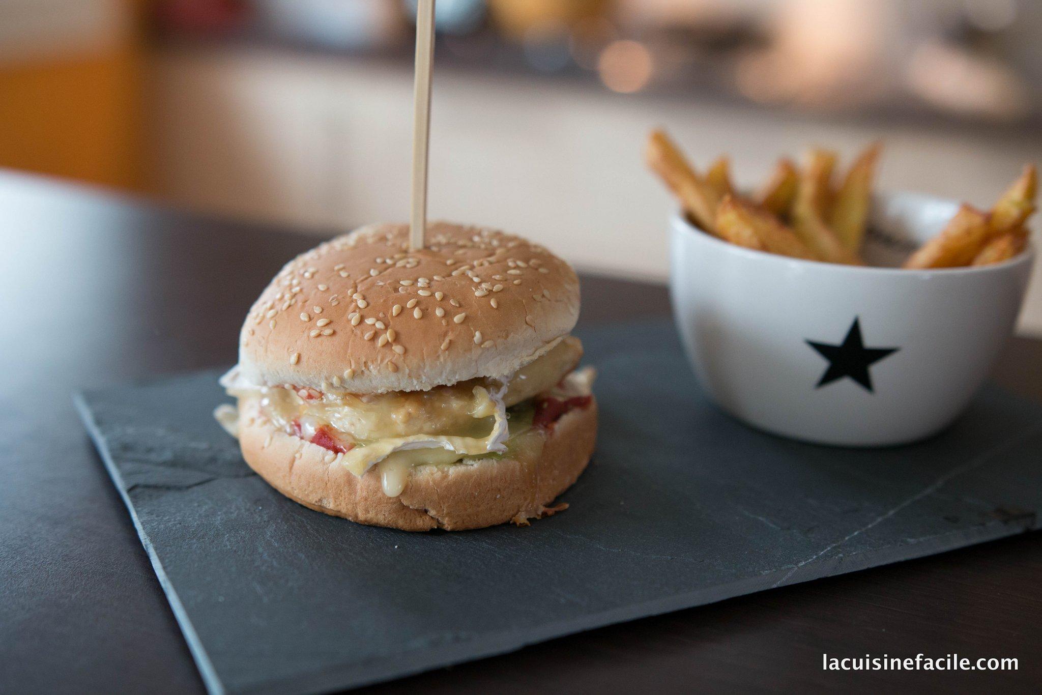 Hamburger au poulet, camembert et miel