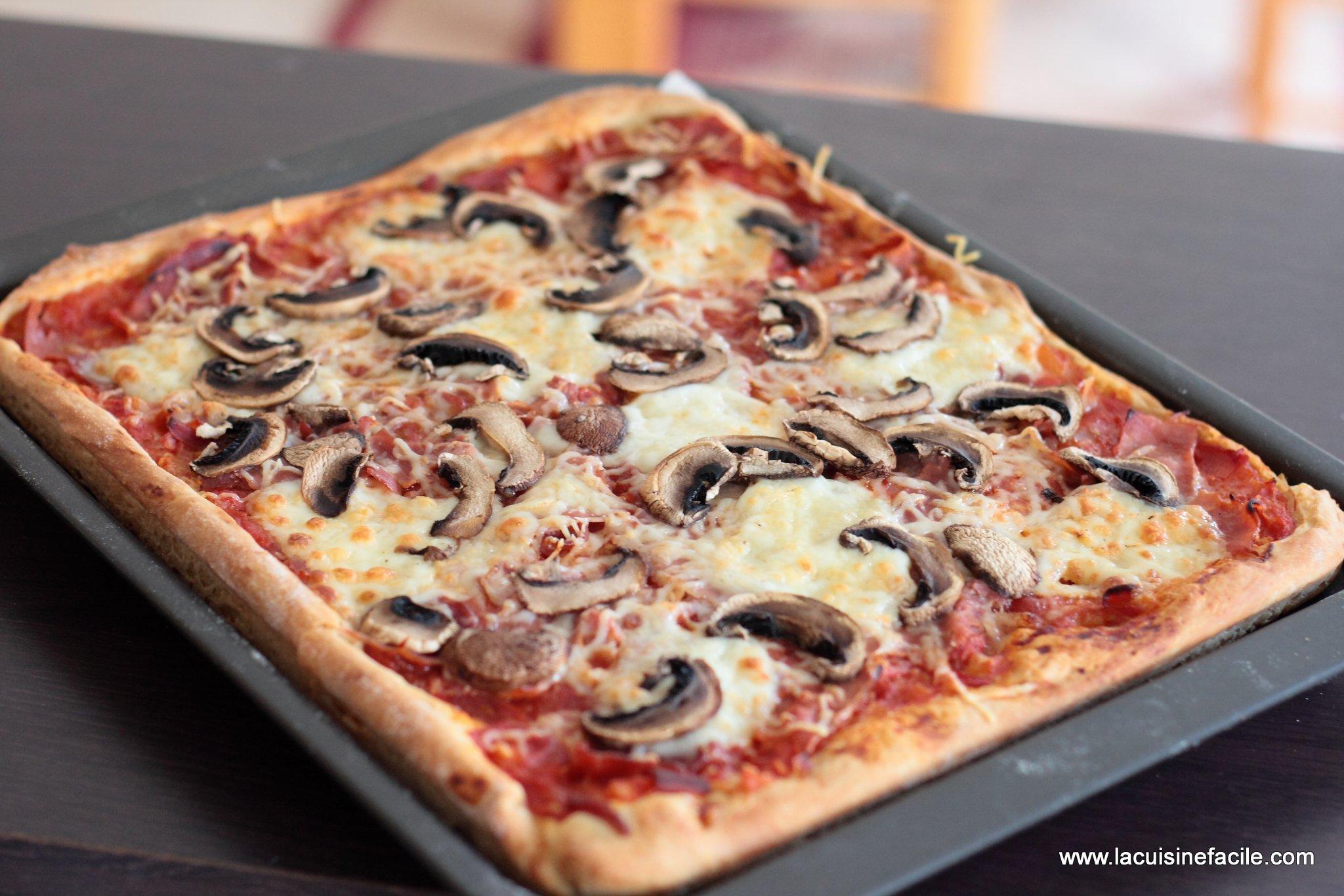 Pizza montagnarde au lardon, jambon sec et raclette